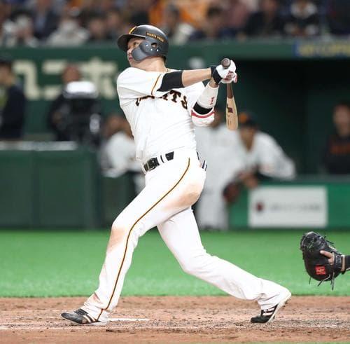 ホームランを打つ坂本勇人選手。