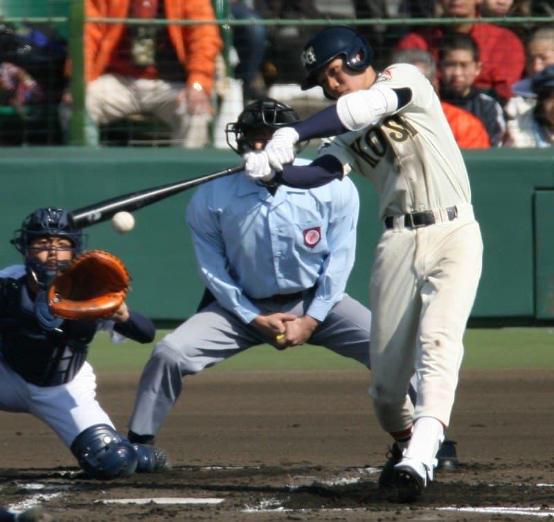 高校時代、甲子園でヒットを放つ坂本選手。