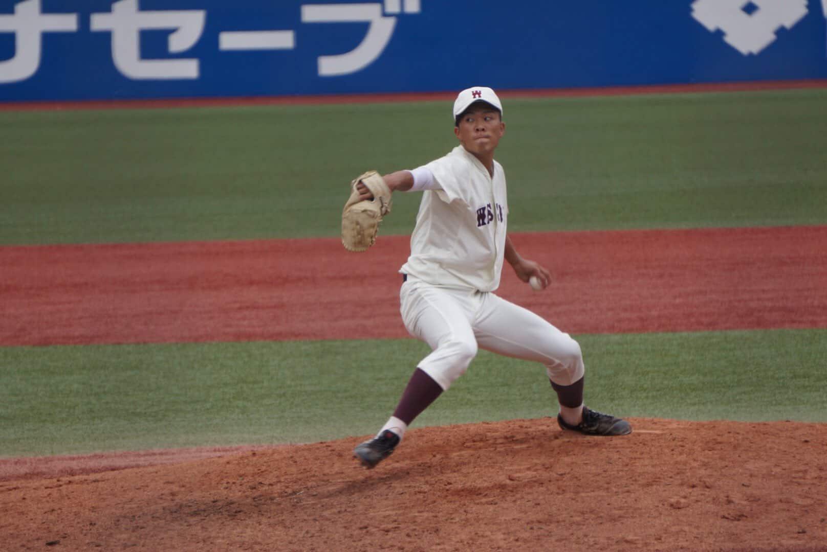 投げる早稲田大の早川隆久投手。