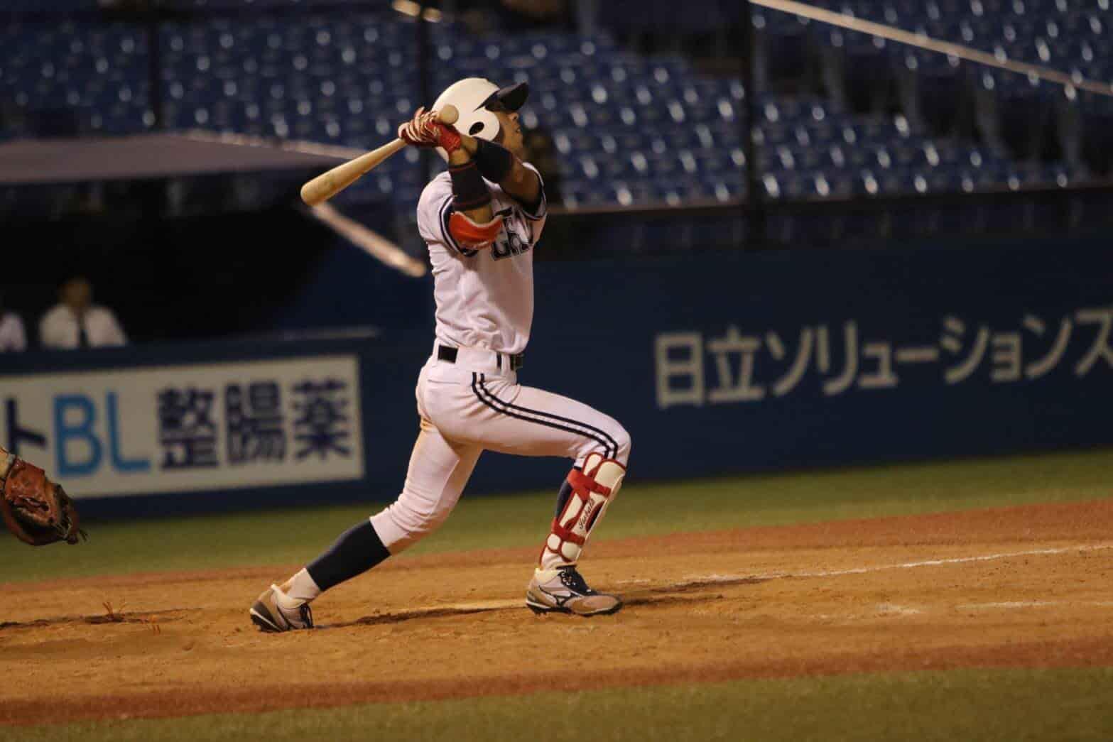 バッティングをする五十幡亮汰選手。