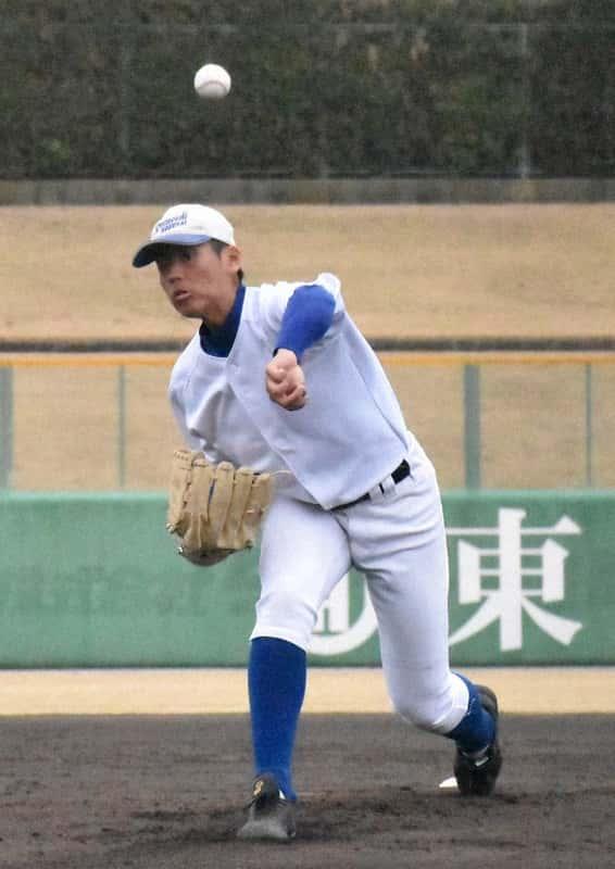投球練習をする下関国際の古賀康誠投手。