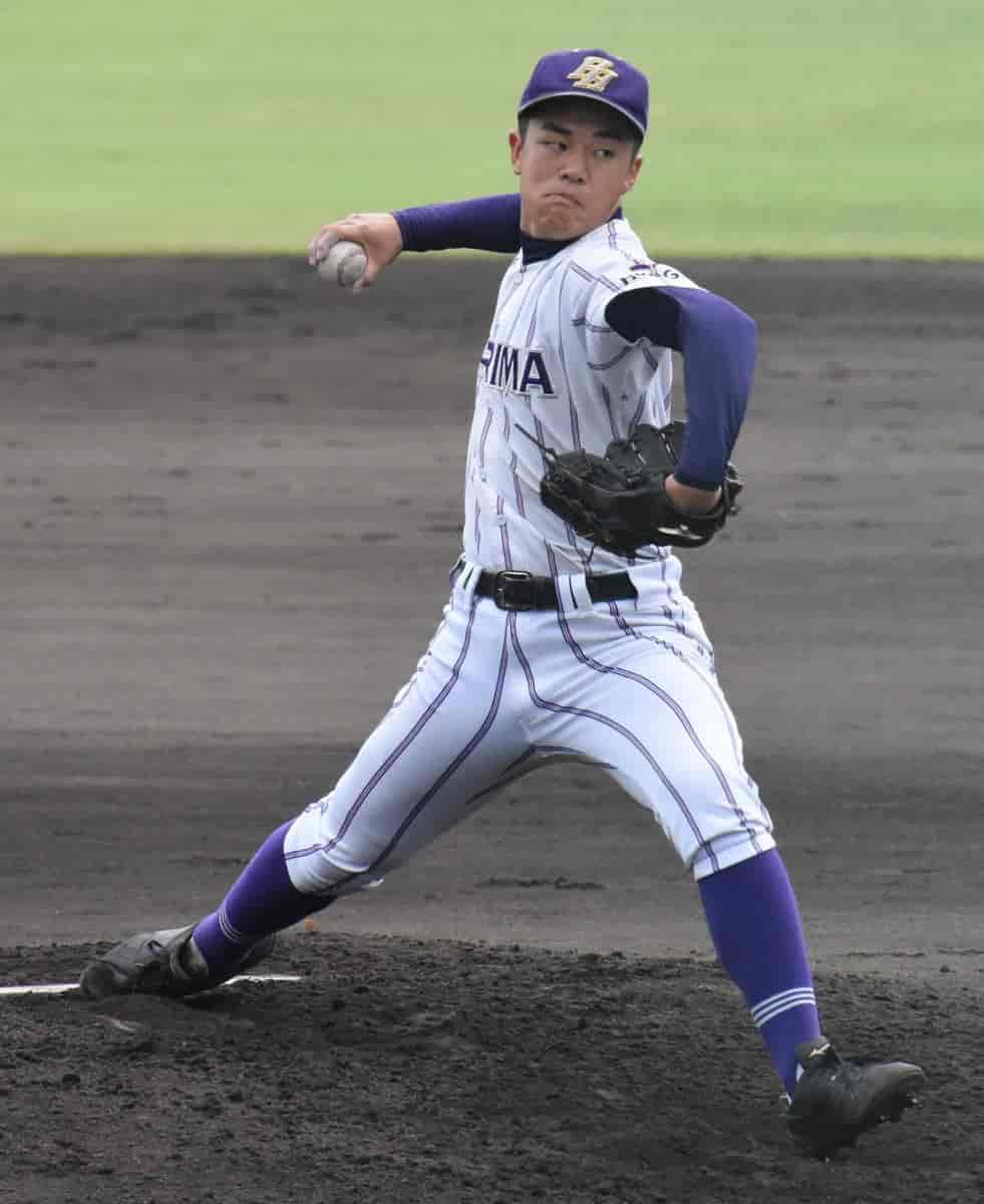 マウンド投げ込む鈴木悠仁投手。