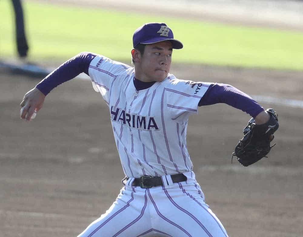 投げる東播磨の鈴木悠仁投手。